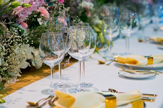 Décoration de table alimentaire, nourriture de fête, table avec fleur, fête de mariage Photo Premium