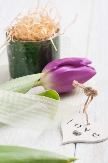 Décoration de table de printemps avec tulipe Photo Premium