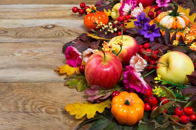 Décoration De Thanksgiving Avec Des Fleurs Jaunes, Roses Et Violettes, Photo Premium