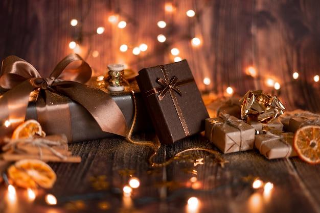 Décoration De Vacances De Noël, Table De Noël Avec Sapin De Noël Décoré Et Guirlandes. Belle Chambre Vide De Noël. Photo Premium