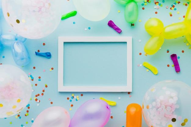 Décoration vue de dessus avec ballons et cadre blanc Photo gratuit