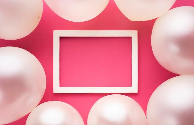 Décoration De La Vue De Dessus Avec Ballons, Cadre Et Fond Rose Photo gratuit