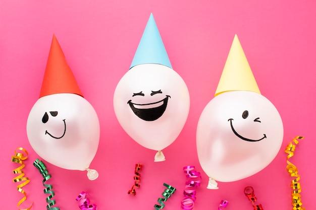 Décoration Vue De Dessus Avec Des Ballons Et Des Chapeaux De Fête Photo gratuit