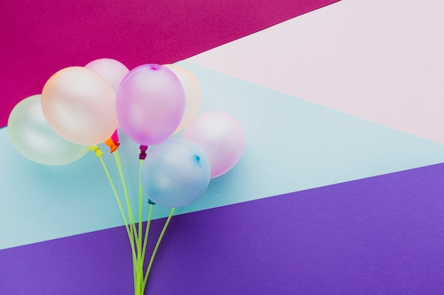 Décoration vue de dessus avec des ballons et fond coloré Photo gratuit