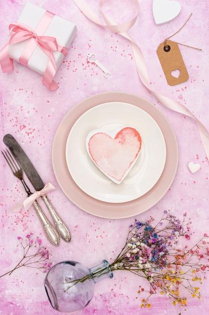 Décoration vue de dessus avec biscuit en forme de coeur Photo gratuit