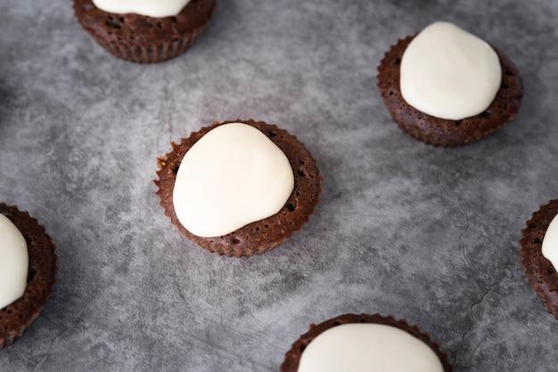 Décoration vue de dessus avec des petits gâteaux sur fond de stuc Photo gratuit