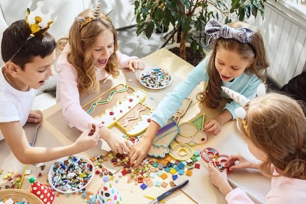 Décorations D'anniversaire Fille. Réglage De La Table Avec Des Gâteaux, Des Boissons Et Des Gadgets De Fête. Photo gratuit