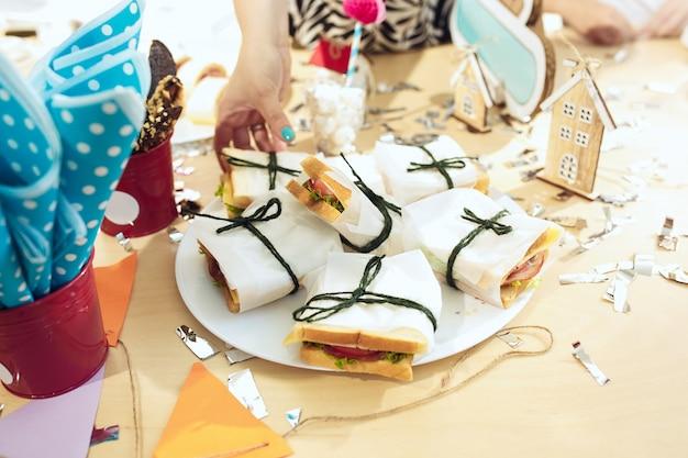 Décorations D'anniversaire De Fille. Réglage De La Table Rose D'en Haut Avec Des Gâteaux, Des Boissons Et Des Gadgets De Fête. Photo gratuit