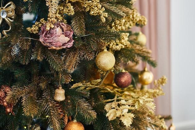 Décorations d'arbres de noël et du nouvel an Photo Premium