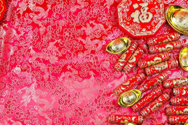 Décorations du festival du nouvel an chinois, paquet de pow ou rouge et lingots d'or. Photo Premium