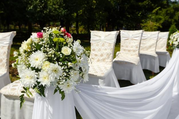 Décorations de mariage dans un parc. bouquet de fleurs se bouchent Photo Premium