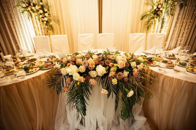 Décorations de mariage rustiques avec des fleurs et des ampoules. décor de banquet Photo Premium