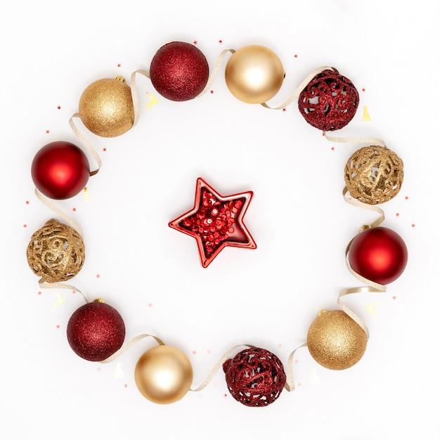 Décorations De Noël, Boules Brillantes, étoiles Et Ruban Sur Une Surface Blanche Photo Premium