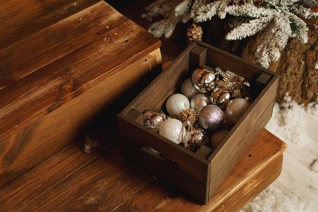 Décorations De Noël Dans Une Boîte Sur Une Table En Bois Photo Premium
