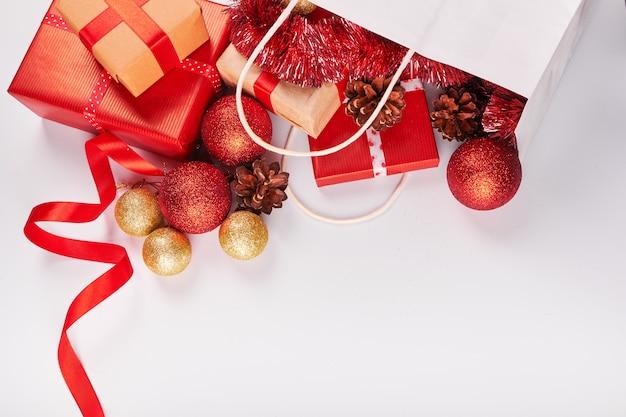 Décorations de noël sur fond blanc Photo Premium