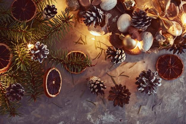 Décorations De Noël Avec Guirlandes Lumineuses, Pommes De Pin Et Branche De Sapin Photo Premium
