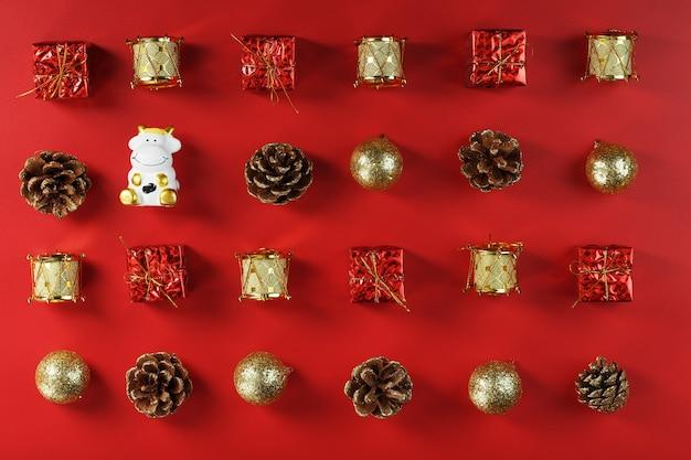 Décorations De Noël Et Jouets Avec Une Vache Sur Fond Rouge Photo Premium