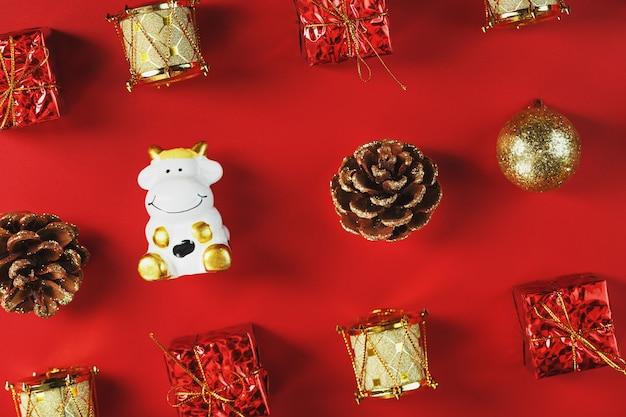 Décorations De Noël Et Jouets Avec Une Vache Sur Un Mur Rouge. Le Taureau Est Un Symbole De La Nouvelle Année 2021. Photo Premium