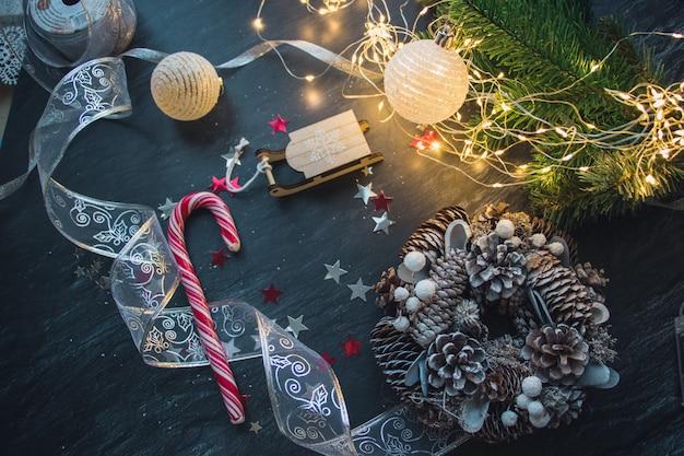 Décorations De Noël Et Lumières Sur La Table En Bois Photo gratuit