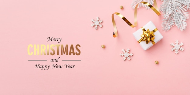 Décorations De Noël En Or Sur Fond Rose Pastel Photo Premium