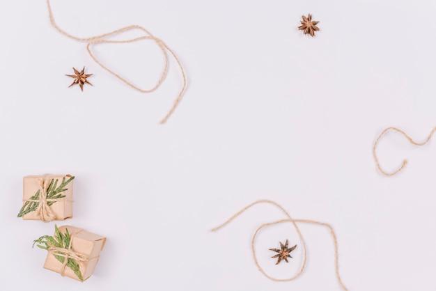 Décorations de noël avec des petits cadeaux Photo gratuit