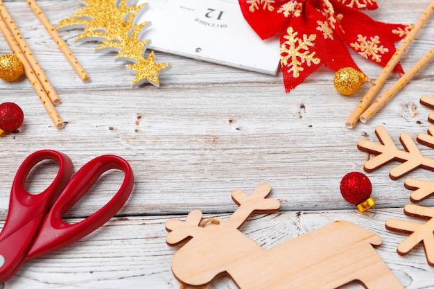 Décorations de noël vacances flatlay sur fond en bois clair Photo Premium