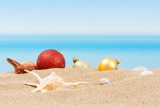 Décorations pour arbres de noël sur la plage sous les tropiques. vacances de nouvel an dans les pays chauds Photo Premium