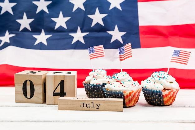 Décoré avec des gâteaux du drapeau américain le 4 juillet Photo gratuit