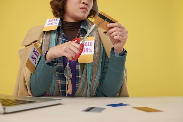 Découper une carte de crédit Photo gratuit