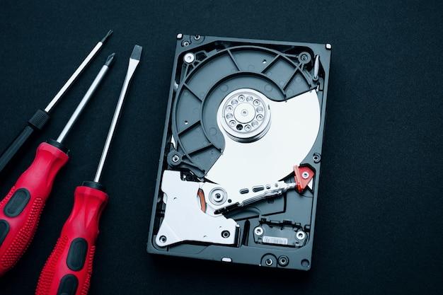 Découverte du disque dur et des tournevis, inspection du matériel informatique Photo Premium