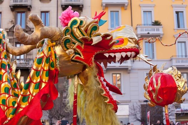 Défilé du nouvel an chinois à milan Photo Premium