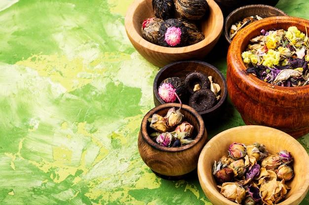 Définir le thé floral à base de plantes Photo Premium