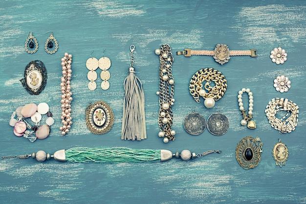 Définissez les bijoux des femmes sur fond en bois. Photo Premium