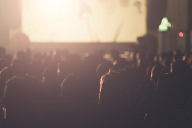 Défocalisation Du Président Sur Scène Et Présentation Lors D'une Réunion De Travail. Public Dans La Salle De Conférence. Affaires Et Entrepreneuriat. Photo Premium