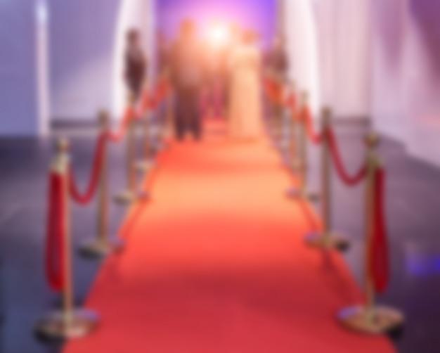 Défocalisation du tapis rouge entre les barrières de corde dans la soirée du succès Photo Premium