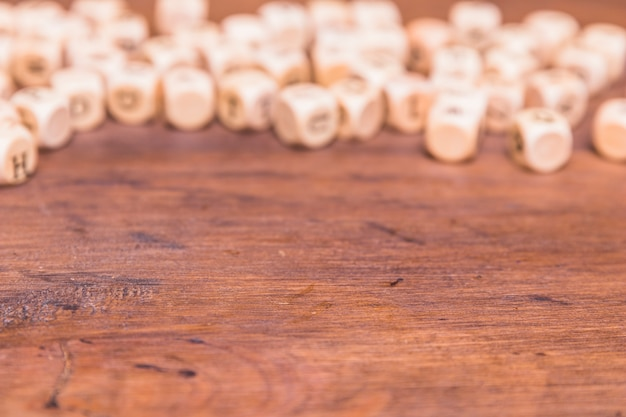 Dés défocalisé sur le bureau en bois Photo gratuit