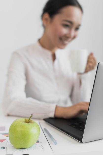 Défocalisé femme buvant du café Photo gratuit