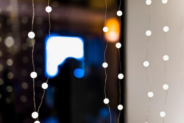 Défocalisé lumière de fée lumineuse dans la chambre Photo gratuit