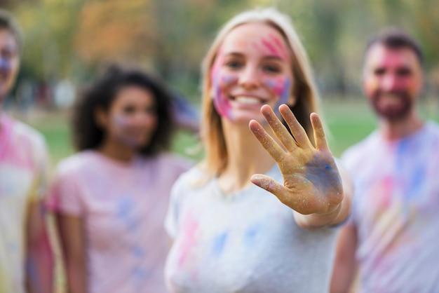 Défocalisé Photo De Femme Montrant Une Main Multicolore Photo gratuit