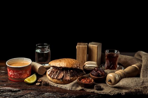 Déjeuner d'affaire complet composé d'une soupe, d'un plat principal et d'un dessert Photo gratuit