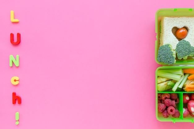 Déjeuner écrit près de la nourriture scolaire saine Photo gratuit
