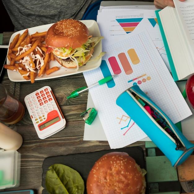 Déjeuner Avec Des Hamburgers Pendant Les études Photo gratuit