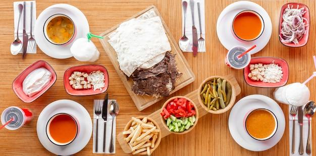 Déjeuner Avec Soupe De Kebab, De Légumes, De Lentilles Et De Tomates Et Meze Turc Photo gratuit