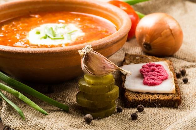 Déjeuner Ukrainien: Soupe, Concombres Marinés, Ail Photo Premium