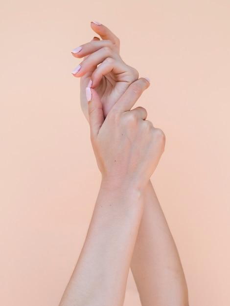Délicates Mains De Femme Aux Ongles Roses Photo gratuit