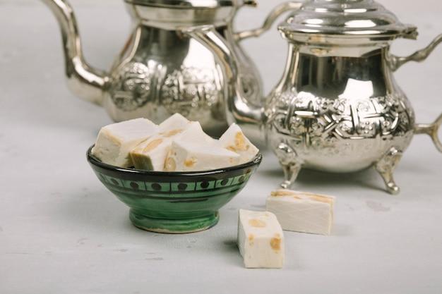 Délice turc dans un bol avec des théières sur la table Photo gratuit