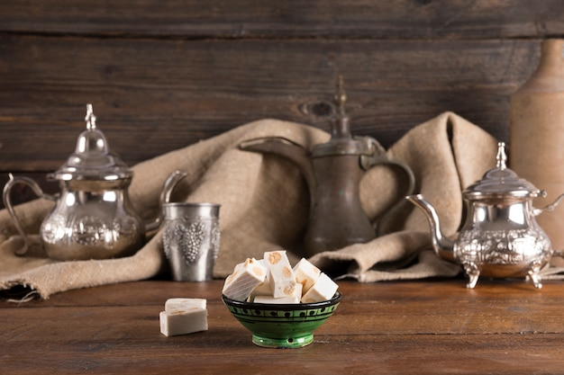 Délice turc avec des théières sur une table en bois Photo gratuit