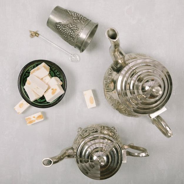Délice turc avec des théières sur la table lumineuse Photo gratuit