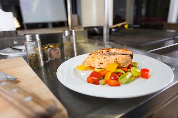 Délicieuse assiette de nourriture saine Photo gratuit