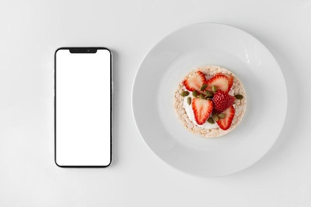 Délicieuse Collation Saine Et Smartphone Photo gratuit
